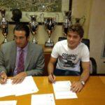 Adem Ljajic og den tidligere volleyballspilleren Italo Zanzi under dagens kontraktsignering