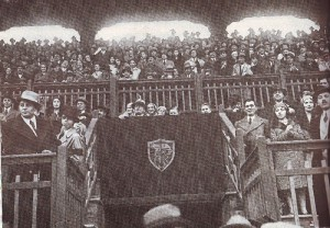 Fra det første derbyet, Mussolini på tribunen.